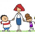 Erzieherin mit Gruppe Kinder im Kindergarten auf einer Wiese im Sommer